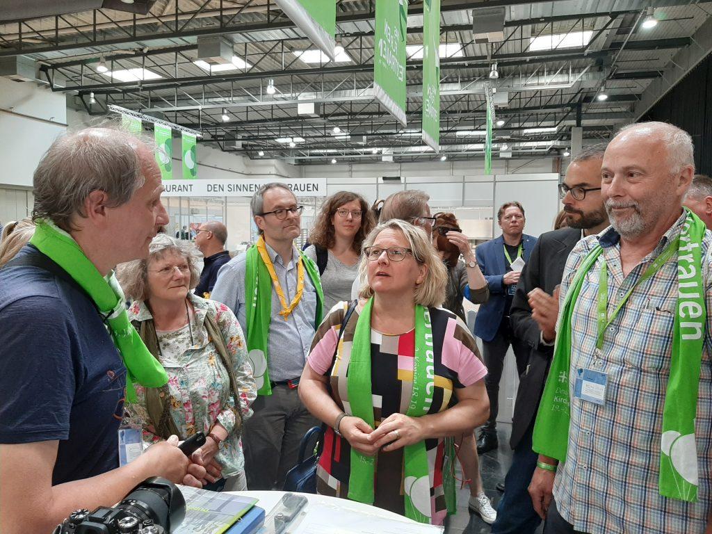 Svenja Schulze auf dem Messestand der Klimapilger
